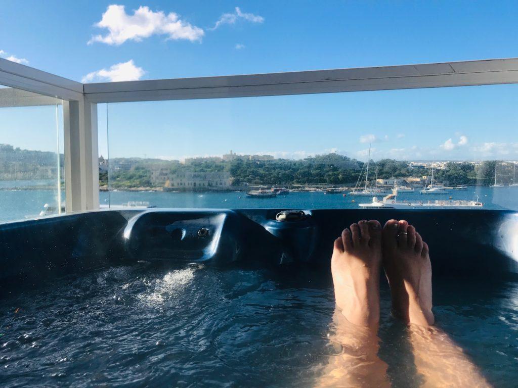 Hot tub in Malta Apartment